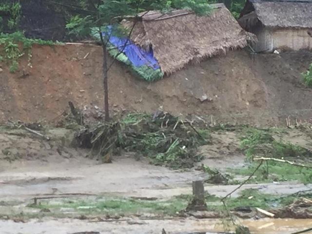 Một số căn nhà đã sụp đổ đi theo con nước sau khi lũ lên bất ngờ.