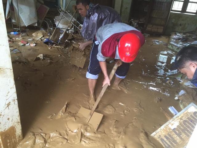 """Cận cảnh mưa lũ """"càn quét"""" miền Tây xứ Nghệ - 12"""