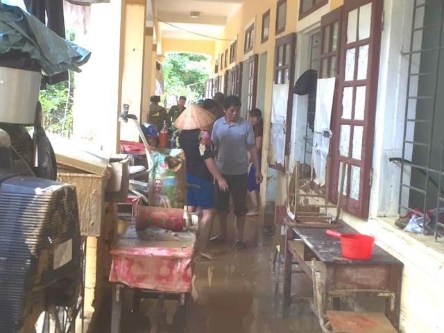 Sách vở, đồ dùng học tập của các em cũng như giáo viên đã bị lũ nhấn chìm trộn với bùn.