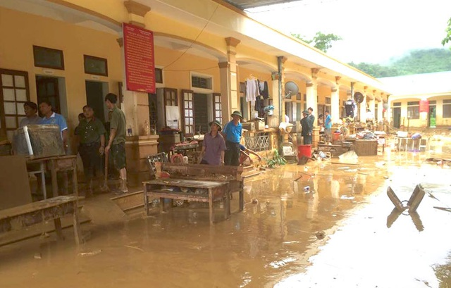 Khung cảnh ngôi trường tan hoang sau trận lũ lên bất ngờ. Giờ đây cuộc sống, sinh hoạt của giáo viên và học sinh gặp muôn vàn khó khăn.