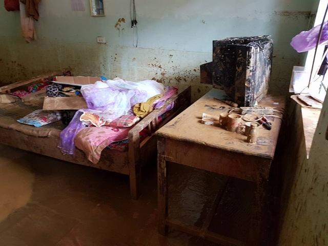 Giường ngủ, đồ dùng của giáo viên giờ nhuộm bùn và hư hỏng.