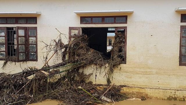 Lũ lên nhanh, nước chảy mạnh nên đã cuốn theo cây cối, rác vào phòng học và gây hư hỏng cửa sổ.