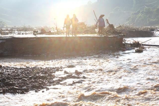 Người dân từ bản làng Mài đi ra trung tâm gặp rất nhiều khó khăn.
