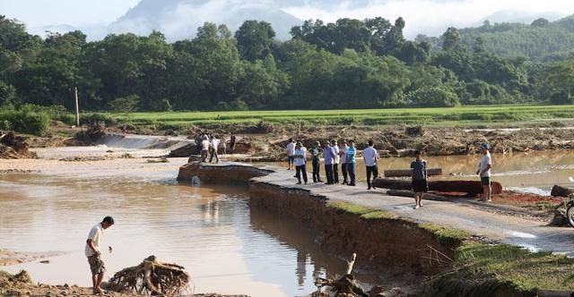 Lãnh đạo các cấp đi kiểm tra cầu tràn làng Mài.