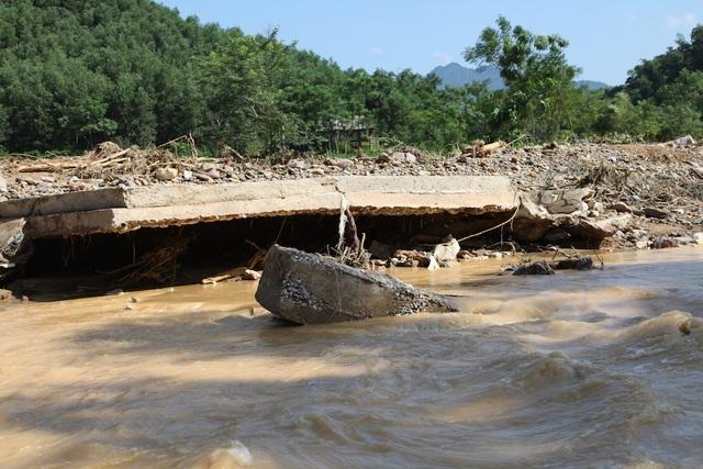 Cốt thép bê tông của cầu đã bị lũ cuốn phăng.
