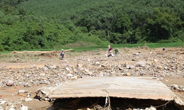 Một mảng bê tông lớn của cầu vào bản Tằn 1 bị lũ cuốn trôi dạt.