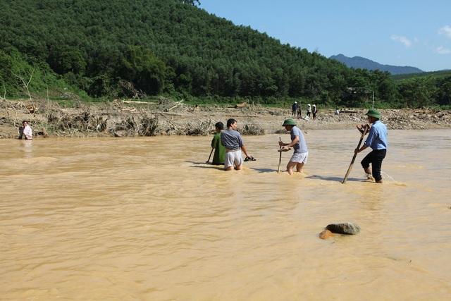 Cách duy nhất để người dân vào hoặc ra khỏi bản Tằn 1 là lội qua suối nước ngang bụng.