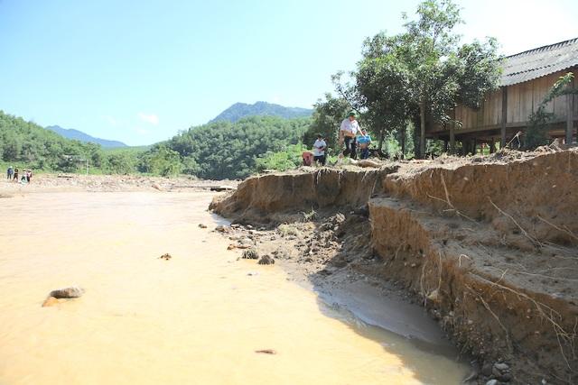 Từng mảng đất sạt lở lớn sau khi lũ rút.