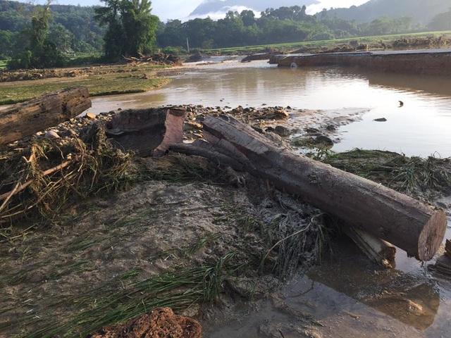 Người dân phát hiện nhiều phần thi thể dọc khe suối Tằn.