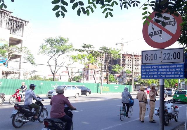 Biển báo giao thông báo hiệu trên đường Lê Lợi (TP. Vinh, Nghệ An) mà ông Anh cho rằng mình không vi phạm nên đã quyết định khởi kiện CATP Vinh ra toà.