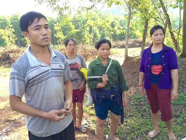 Anh Lô Minh Sơn cùng 3 người bị lũ cuốn và thoát chết cách kỳ diệu. Sau khi đi bộ băng rừng hơn 10 km, họ đã có mặt bên đường lớn chờ người thân đến đón.