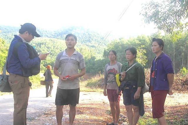 PV Dân trí gặp gỡ trao đổi thông tin với 4 người dân bị lũ cuốn thoát chết trở về.