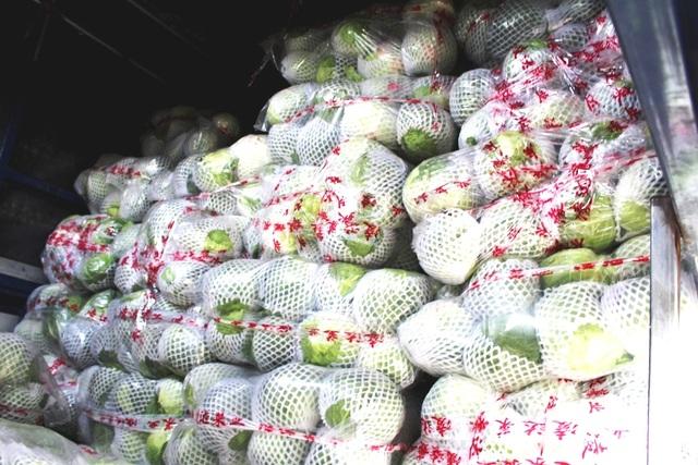 Gần 2,5 tấn cải bắp và cải thảo có nguồn gốc từ Trung Quốc. Tại thời điểm kiểm tra, lái xe không có giấy tờ hợp lệ. Số hàng đã được cơ quan chức năng tiêu hủy.