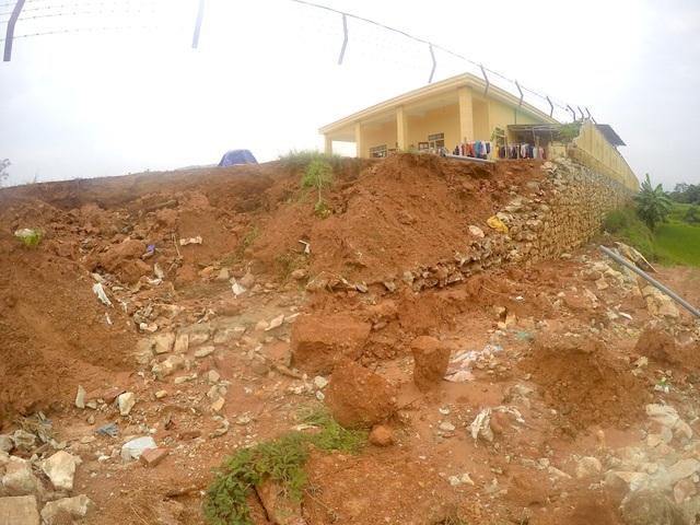 Một tảng bờ tường lớn đổ rập xuống khu vực cánh đồng lúa gần đó.