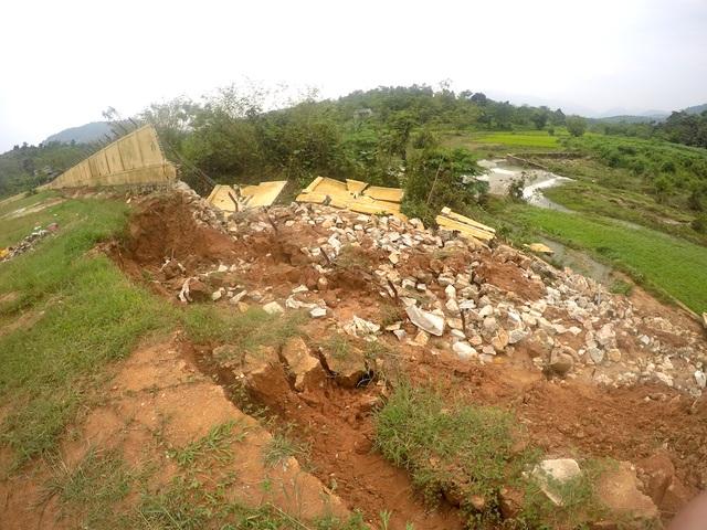 Khu vực bờ tường bao gần nhà nấu ăn sụp đổ ngã toàn bộ xuống khu vực làm lúa của người dân.