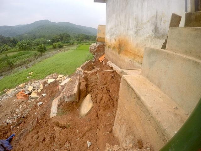 Khu vực bể chứa nước cũng bị sụt lún.