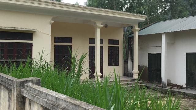 Toàn cảnh khu vực nhà máy gồm căn nhà 3 gian nhỏ để điều hành, nhà để máy đẩy nước... bây giờ cỏ cây mọc um tùm.