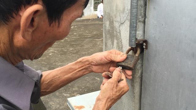 Ông Trương Văn Quý - bảo vệ nhà máy nước cũng lâu rồi không ra mở khóa nên mỗi khi có khách tới thăm ông phải mất rất nhiều thời gian mới mở được khóa.