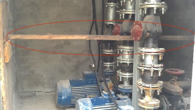 Phía trong buồng máy nhiều bộ phận đã gỉ sắt, bên cạnh đó, cũng trong buồng máy này đã được đưa cây để chống đỡ bờ tường.
