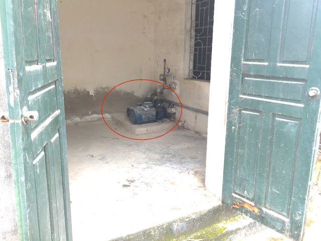 Hai máy được cho là để đẩy nước từ bồn ra cho các hộ dân nhưng công suất quá bé nên không phát huy tác dụng.