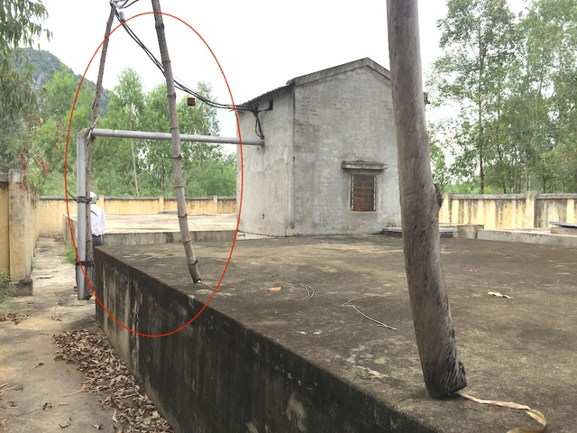 Phía ngoài khu vực thùng chứa đựng nước các vòi nhựa bây giờ phải đưa cây tre cột chống đỡ.