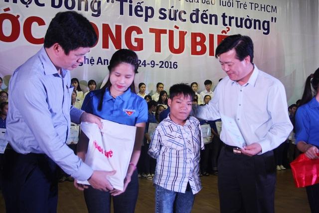 Bí thư Tỉnh đoàn Nghệ An Nguyễn Đình Hùng (bên trái) trao quà đến sinh viên nghèo vượt khó học giỏi.