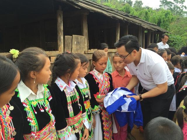 60 chiếc áo ấm được PV Dân trí tại Nghệ An phối hợp với một doanh nghiệp tại huyện Quỳ Hợp mua và trao tặng cho 60 học sinh Pà Khốm.