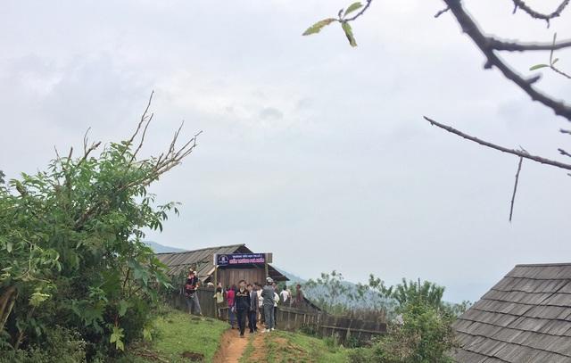 Điểm trường cũ Pà Khốm nằm trên đồi cao chót vót. Cứ hễ vào mùa đông, các phòng học này bị sương mù bao phủ.