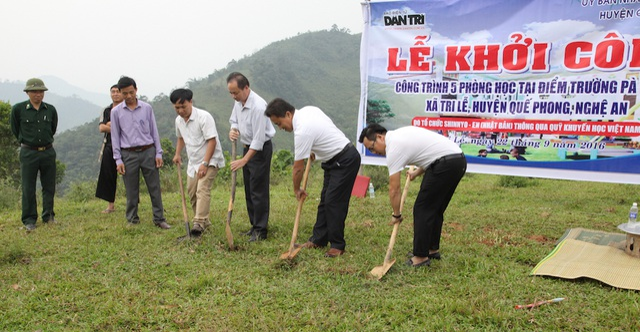 PV Dân trí cùng lãnh đạo huyện Quế Phong chính thức làm lễ khởi công xây dựng điểm trường Pà Khốm.
