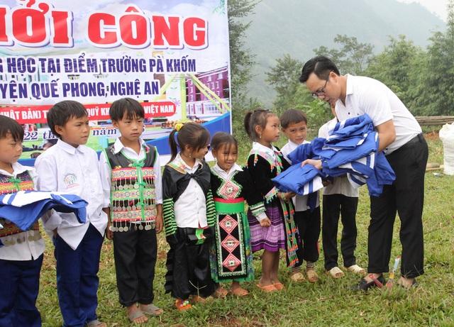 Trong lễ khởi công, PV Dân trí đã trao cho các em những chiếc áo ấm.