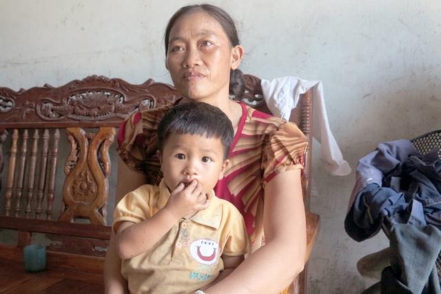 Chị Trần Thị Lợi (SN 1977, vợ anh Nguyễn Đình Nghị) cho biết gia đình mình nhận được 1.400.000 đồng tiền hỗ trợ những phải nộp lại 900.000 đồng.