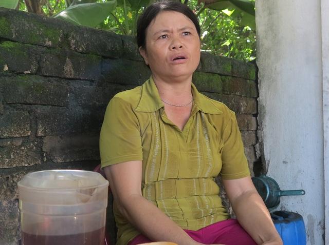 Chị Lê Thị Thới cùng chung cảnh với những gia đình khác.
