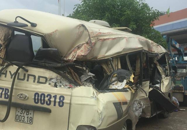 Xe khách văng mạnh vào xe container, 7 hành khách bị thương nặng - 3