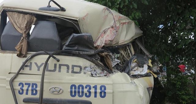 Phần đuôi xe khách va vào xe container khiến hư hỏng nặng.