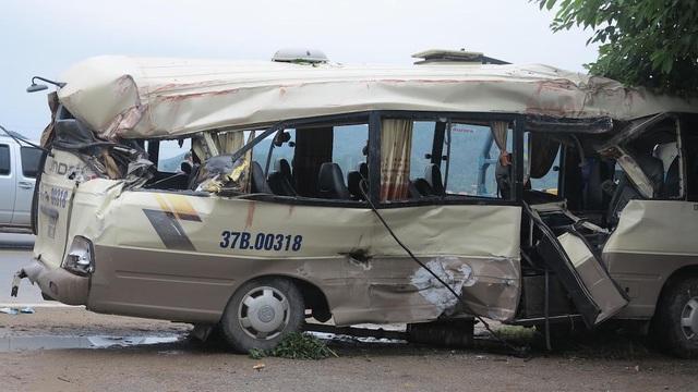 Sau cú lăng mạnh, cả chiếc xe khách rúm ró.
