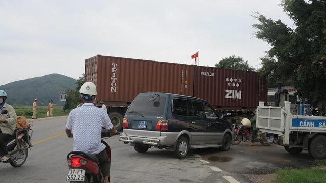 Chiếc xe container cũng suýt lao vào cây xăng gần đó.