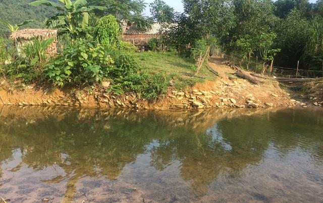 Con suối nơi 2 em nhỏ đuối nước nhìn từ bên này thấy rất nông.