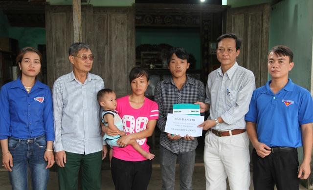 Ông Trần Văn Nguyện - Chủ tịch UBND xã Quỳnh Long thay mặt PV Dân trí trao quà tới gia đình hai em Loan và Đạt.