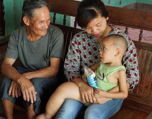 Chị Danh mẹ cháu Minh hiện đang đi bán hàng cho một cửa hàng cách nhà tầm 10km và phải gửi con cho ông bà trông coi.