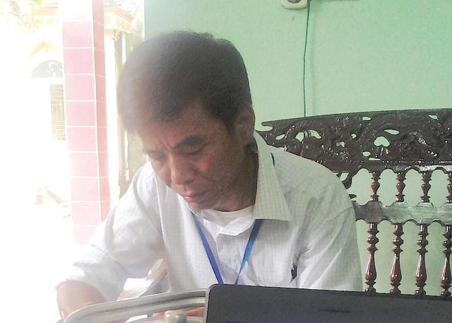 Ông Nguyễn Đình Tỉnh - Bí thư Đảng ủy xã Thanh Hà, huyện Thanh Chương trao đổi với PV.