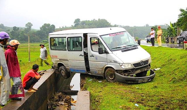 Tại hiện trường chiếc xe khách chở 14 người đâm mương nước thủy lợi sụp đổ, xe hư hỏng, 1 người bị thương.