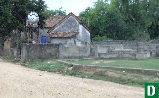 Những ngôi mộ nằm sát nhà dân khiến người dân lo lắng nguồn nước bị ô nhiễm.