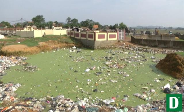 Rác thải, nước đọng tại nghĩa trang Cồn Lim khiến người dân nơi đây hoang mang, lo lắng.