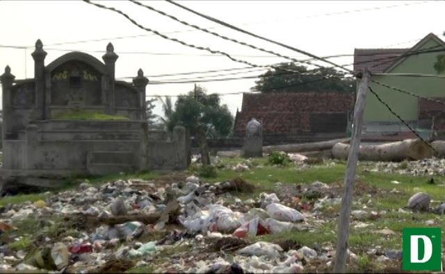 Rác bao vây nghĩa trang Cồn Lim.