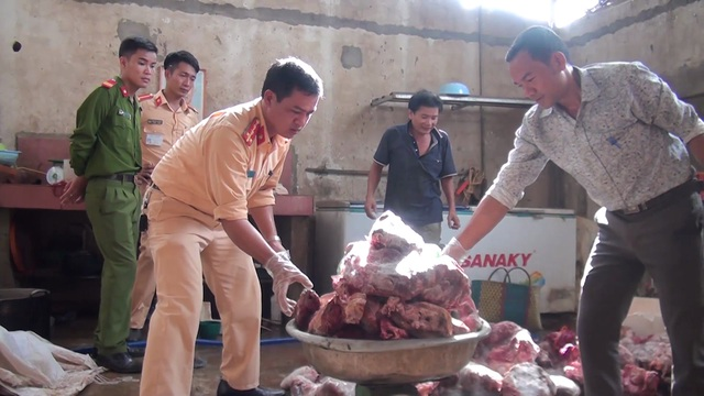 CA huyện Nghĩa Đàn tiến hành thu giữ số lượng thịt trâu không đảm bảo an toàn vào ngày 10/8 vừa qua.