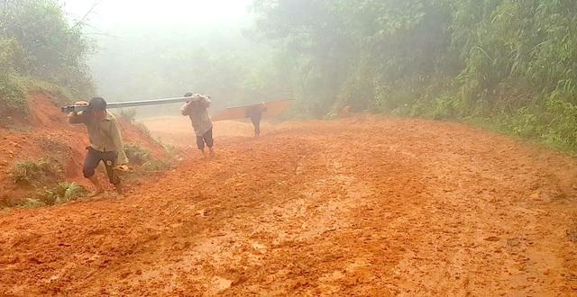 Dốc lên Pà Khốm gian nan vất vả. Con dốc cao, đi lại khá vất vả vào mùa mưa.