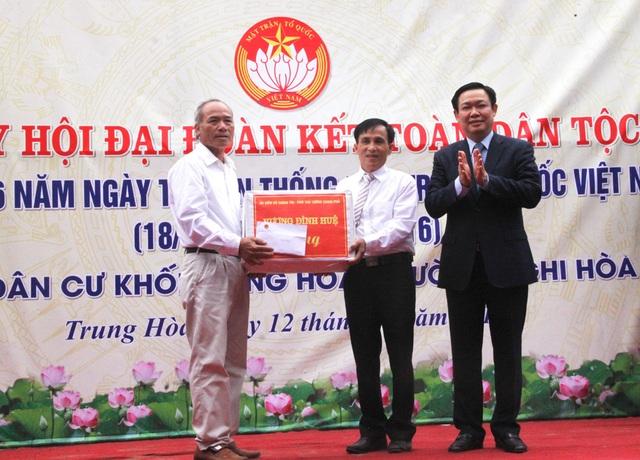 Phó Thủ tướng tặng quà cho khối Trung Hòa.