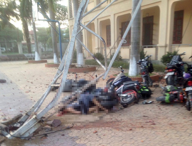 Cần cẩu đổ sập đè 2 học sinh thương vong, nhiều xe đạp điện bị hư hỏng.