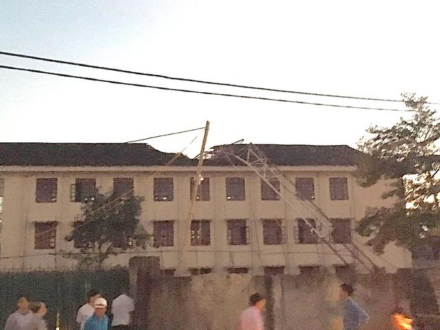 Cần cẩu đè ngang mái nhà, đổ sụp xuống khiến 1 học sinh tử vong.