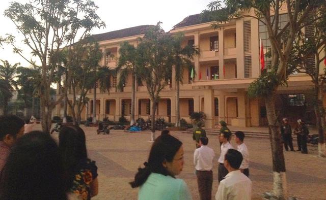 Công an được huy động đến Trường THPT Lê Viết Thuật.